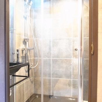 浴室はシャワーブース仕様。ちょうどひとり立てるほどの広さ。※写真は前回募集時のものです