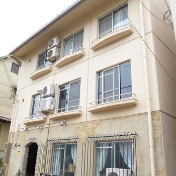 マンションの外観もヨーロッパのアパート風。