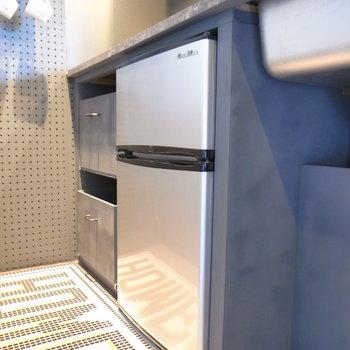 家電つき!足もとにはシルバーの冷蔵庫があります。※写真は前回募集時のものです