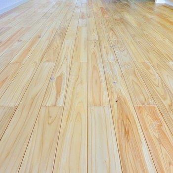 お部屋の床全面がヒノキの無垢床!温かみのある風合いと、ザラリとした足触りが気持ちいい。
