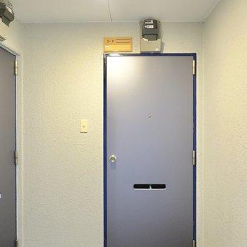玄関前。お部屋のドアもピカピカ。