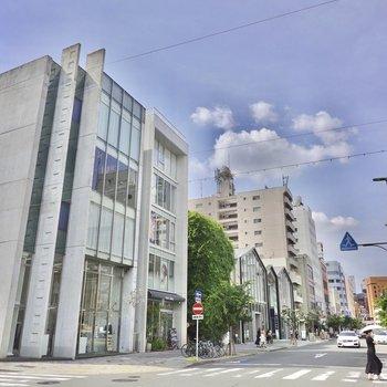 建物は呉服町通りに面しています。セレクトショップやカフェが立ち並ぶ、オシャレな街なんです!