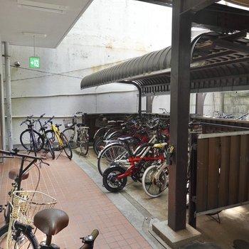 左手には屋根付き駐輪場もあります。
