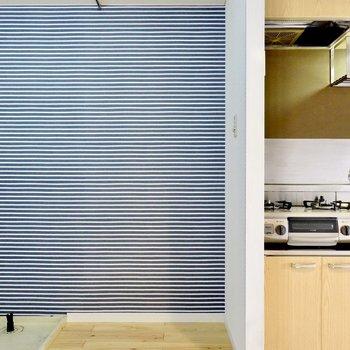 冷蔵庫置場は壁を挟んで左側に。スペースが広いので、電子レンジなどもこちらにまとめて置けそう!