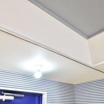 玄関と居室はカーテンで仕切ることができます。コットンのカーテンでゆるっと仕切って、生活感を遮断すると◎