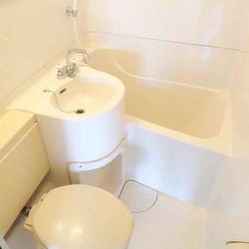 その他の水回りはコンパクトな3点セットですが、こちらも綺麗。シャワーでサッとお掃除できるメリットもあります◎