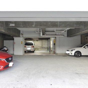 エントランスは屋根付き駐車場を奥に行って右手。