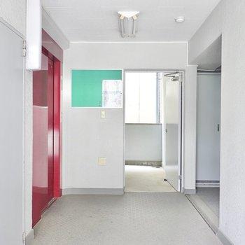 エレベーターを降りて正面にあるお部屋です。2階なので階段の方が移動は早いかも。