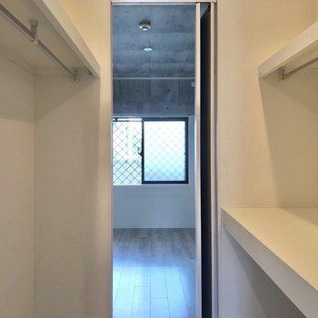 廊下側の洋室にウォークスルーできます!両サイドに棚とハンガーポールがあって使いやすい♩