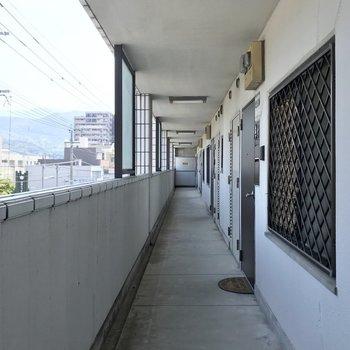 共用廊下は外に面していて明るいです。