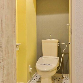 トイレはお風呂の隣に。可愛らしいカラーリング!