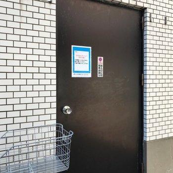 ゴミ置き場も扉の中にありました!