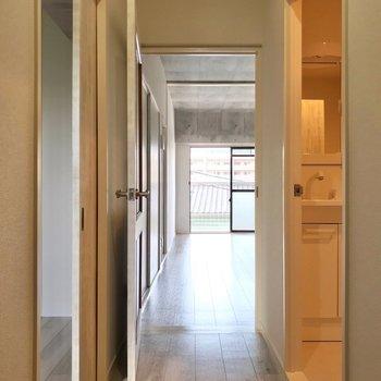 洋室と脱衣所を横目に廊下を抜けて、リビングへ。