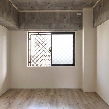 廊下側の洋室。ひとりの時間も大切にしたい新婚さんにも嬉しい!
