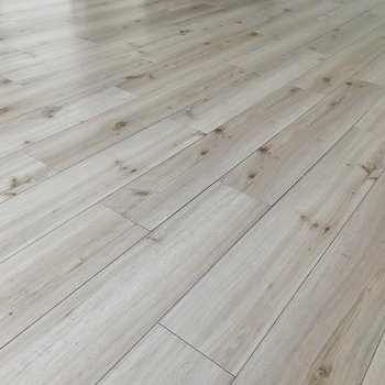 はっきりした木目の白い床。清潔感たっぷりです!