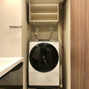 ドラム式洗濯機があります。上部には収納も。