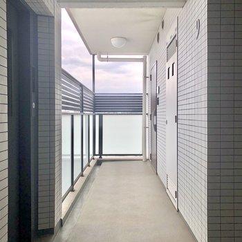 エレベーターを降りて左に。角部屋です。
