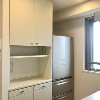 【LDK】収納棚、冷蔵庫もありますよ。