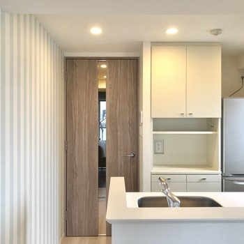 【LDK】キッチン横は水色ストライプ。