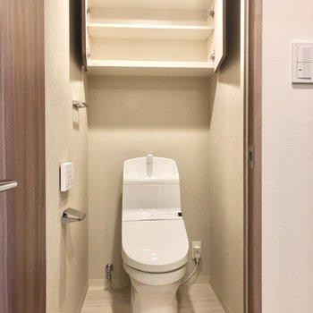 トイレ上部にも収納棚付きです。