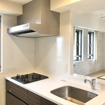 【LDK】窓が多く、開放的なキッチン周り。
