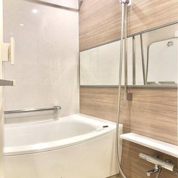 追い焚き、浴室乾燥のできる浴室。