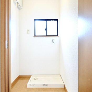 脱衣所に入って正面には洗濯機置場。