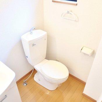 その隣にはトイレ。コンセント付きなのでウォシュレットの後付けができます。
