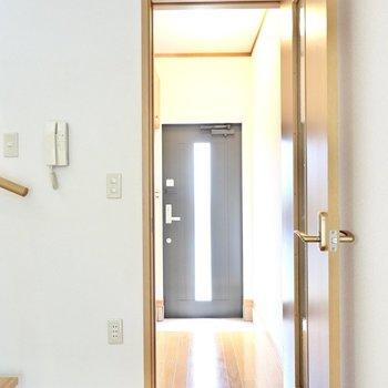 水回りは1階と2階に分かれています。洗面台とトイレは玄関に出て左側に。