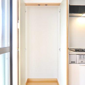 キッチンの隣には収納。生活用品の収納やパントリーとして重宝しそう!