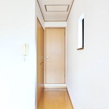 こちらのドアの奥に。その左手前には大きなクローゼットが。