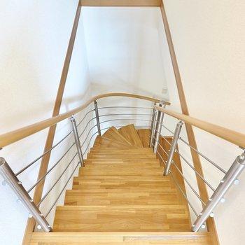 階段を降りて1階へ。この階段ならいつだって気分良く上り下りできそう!