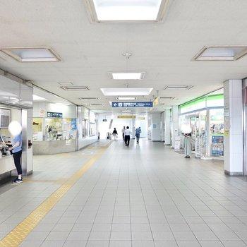 最寄り駅の「西春」。駅構内にはコンビニや銀行、英会話教室などが揃っています。