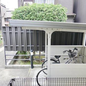 正面には敷地内の駐輪場があるので視線もあまり気にせず生活できそうです。