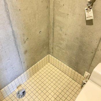 洗濯機置き場はトイレ横に。(※写真は2階の同間取り別部屋のものです)