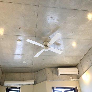 コンクリの天井にシーリングファン。(※写真は2階の同間取り別部屋のものです)