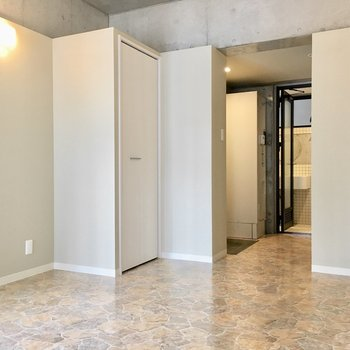 床は石畳風でヨーロピアンなこだわりが。(※写真は2階の同間取り別部屋のものです)