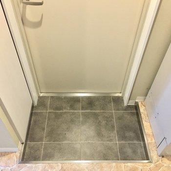 玄関はコンパクトサイズ。(※写真は2階の同間取り別部屋のものです)