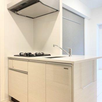 【DK】ホワイトを基調とした清潔感のあるキッチンです。
