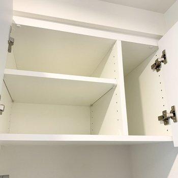 洗濯機置き場上部。洗剤などを入れられますね。そのお隣にはさらに......