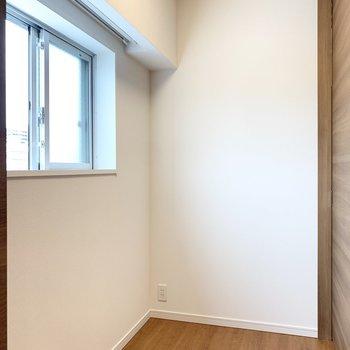 【洋室】窓があり風通し良好です。