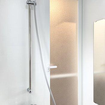 シャワーは高さ調節可能。
