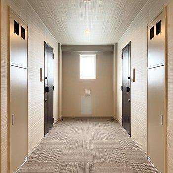 ホテルのような共用廊下。幅が広く搬入出もしやすそう。