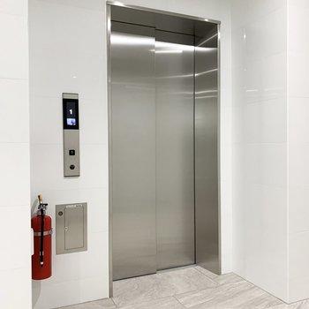 エレベーターは防犯モニター付き。