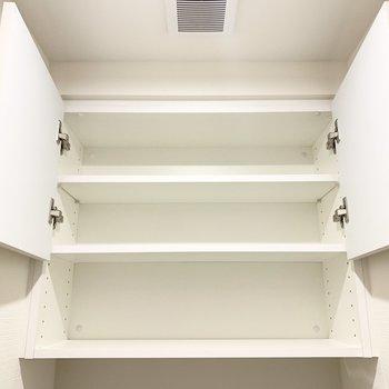 トイレの上部には収納があります。トイレットペーパーを隠せるのが嬉しいな。