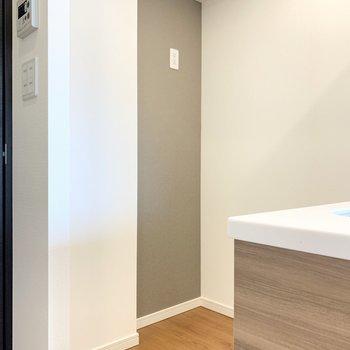 【DK】キッチンの後ろに冷蔵庫置き場があります。