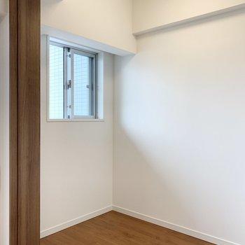 【洋室】約2帖の広さ。ベッドがすっぽり収まりそう。