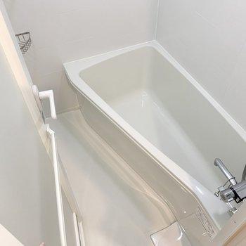 変わった形の浴槽です。足を手前側にして座ることになりそうですね。