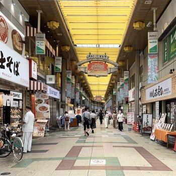 駅前の商店街は賑わっています。