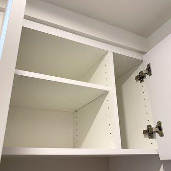 洗濯機置き場上部。洗剤などを入れられますね。